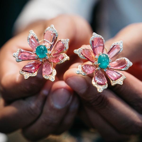 Akshat Ghiya, chủ của cửa hàng Tallin Jewels, cùng hai sáng tạo mới nhất của anh.