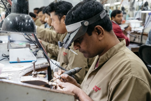 Amrapali Jewels được thành lập vào năm 1978, là một trong những công ty lớn nhất ở Jaipur về sản xuất trang sức quy mô lớn.