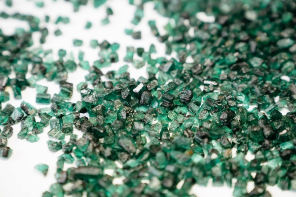 Ngọc lục bảo sau khi cắt thành những khối hình học, được bày ra sẵn nhằm chuẩn bị đính vào các khung kim loại.