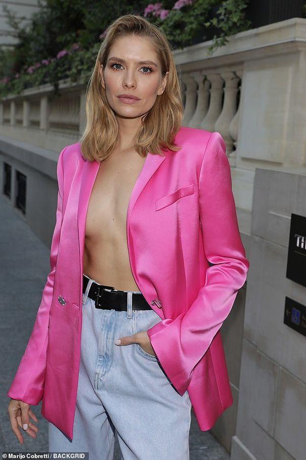 Người mẫu Elena Perminova – vợ tỷ phú Nga biết chắc mình sẽ trông nổi bật với bộ cánh áo vest hồng không nội y mix cùng quần jeans tại tuần lễ thời trang Paris Haute Couture