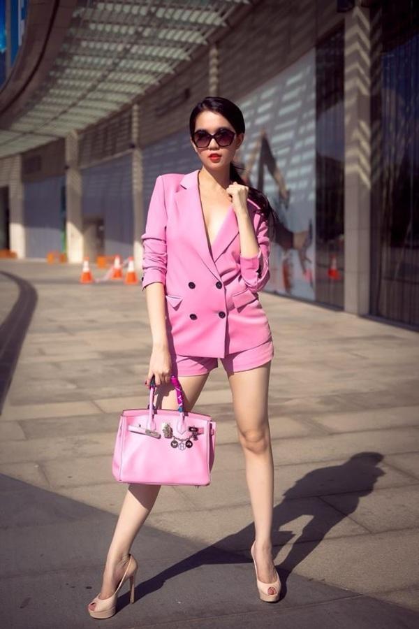 Ngọc Trinh bánh bèo, hiền thục trong bộ vest hồng mix với quần short ngắn tông xuyệt tông