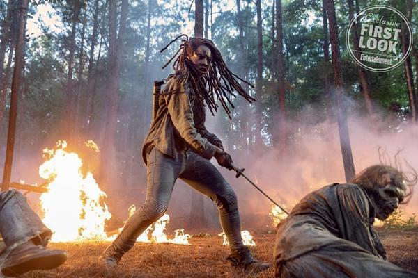 Khoảng khắc Michonne tử chiến trong rừng.