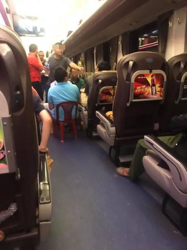 Nhóm khách thản nhiên ăn uống, nhậu nhẹt, nói chuyện ầm ĩ trên tàu hỏa