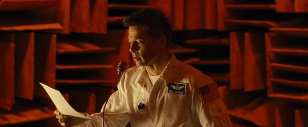 Nam chính Brad Pitt vào vai phi hành gia Roy.