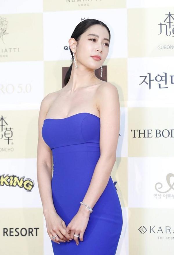 Chân dài Clara Lee nổi tiếng xứ Hàn trong chiếc váy xanh tím cúp ngực khoe thân hình đẫy đà.