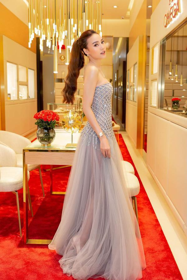 Đây là vẻ ngoài của Ninh Dương Lan Ngọc khi tham dự một sự kiện gần đây. Chọn cho mình chiếc váy voan tông xanh pastel nhẹ nhàng, cô nàng quả rất xinh đẹp, khiến khán giả mê đắm.