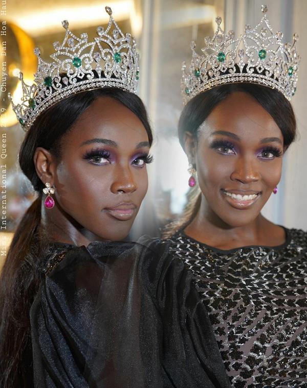 Ngoài ra trong đêm chung kết Hoa hậu chuyển giới Thái Lan, người đẹp còn vô tình làm rơi chiếc vương miện khiến hình dạng bị móp méo.