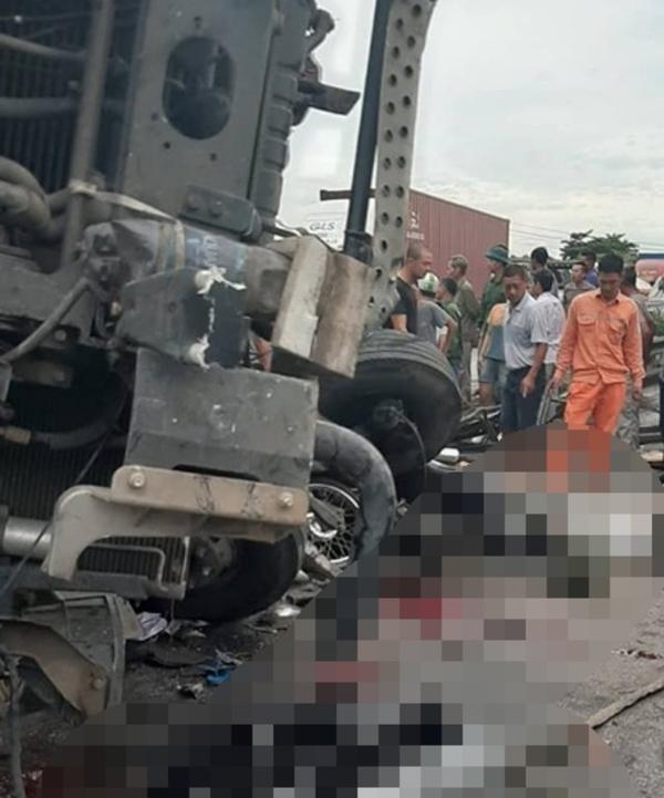 Nhiều nạn nhân hiện vẫn đang mắc kẹt trong xe tải.