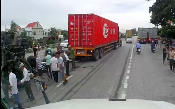 Đứng theo dõi hiện trường vụ tai nạn giao thông, ít nhất 5 người bị ô tô tải lật đè tử vong trên quốc lộ 5 ảnh 0