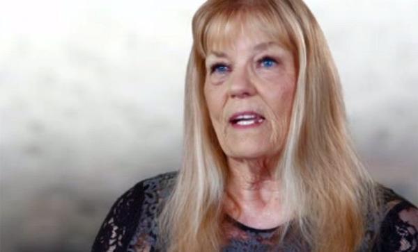 John Smith tâm sự với Diane Beasley rằng anh ta ly hôn với vợ đầu, còn vợ thứ hai thì chết vì ung thư.