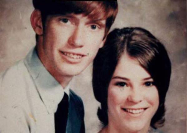 John cưới Janice vào năm 1970, khi mới 19. Bề ngoài, cả hai đã có một cuộc hôn nhân hạnh phúc.