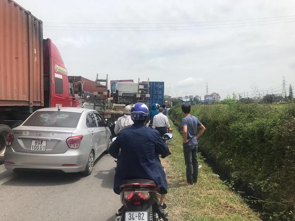 Người dân chôn chân nhiều tiếng không thể di chuyển. Quốc lộ 5 tắc nghẽn kinh hoàng sau vụ xe tải lật đè 6 người tử vong