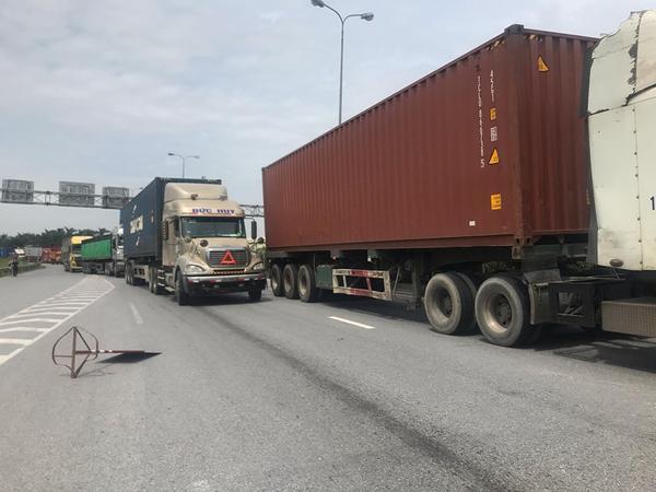 Giao thông Quốc lộ 5 ách tắc do những vụ tai nạn liên hoàn xảy ra. Quốc lộ 5 tắc nghẽn kinh hoàng sau vụ xe tải lật đè 6 người tử vong
