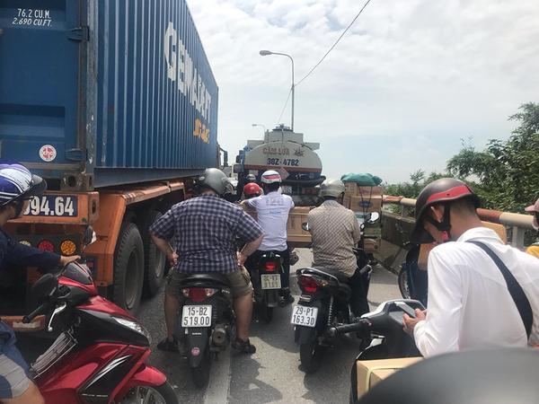 Lực lượng công an, CSGT chốt chặn nhiều đoạn đường phân luồng tránh ùn tắc nhưng các phương tiện giao thông vẫn chưa thể di chuyển. Quốc lộ 5 tắc nghẽn kinh hoàng sau vụ xe tải lật đè 6 người tử vong