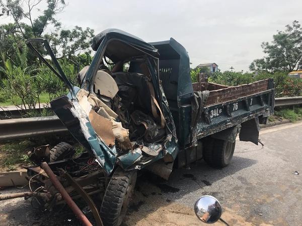 Ô tô bị hư hỏng hoàn toàn phần đầu. Quốc lộ 5 tắc nghẽn kinh hoàng sau vụ xe tải lật đè 6 người tử vong