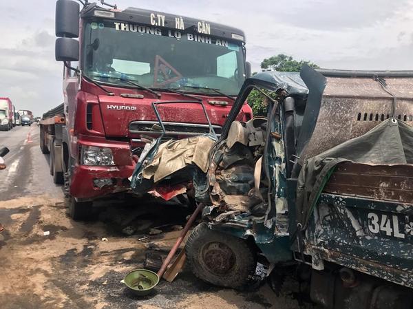 Hiện trường một trong 3 vụ tai nạn xảy ra trên quốc lộ 5 sáng nay. Quốc lộ 5 tắc nghẽn kinh hoàng sau vụ xe tải lật đè 6 người tử vong