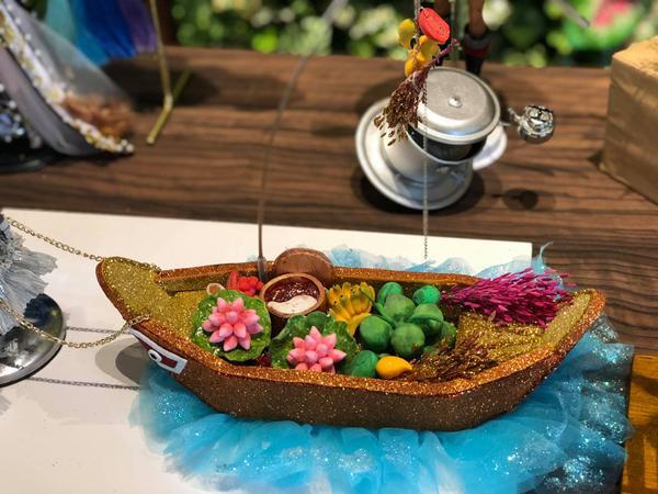 """Chiếc ghê trái cây và một phần của thiết kế """"Cà phê phin sữa đá"""" bản mini vô cùng đáng yêu."""