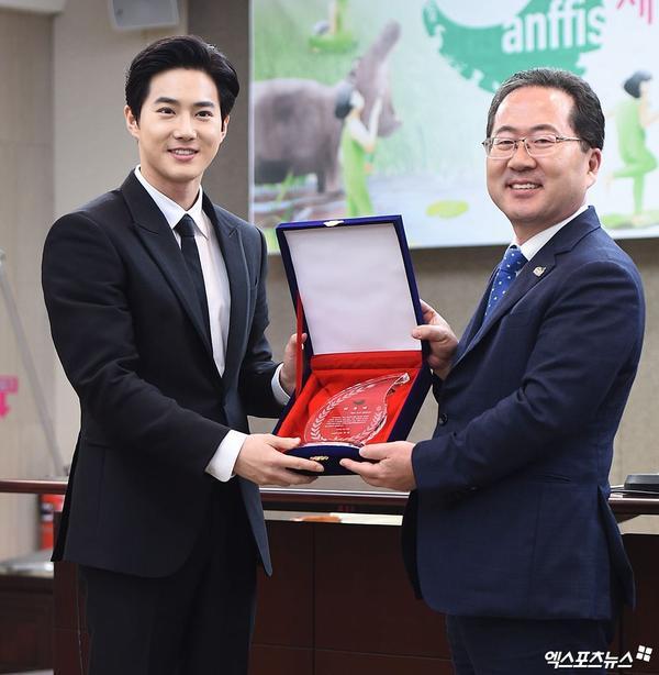 Lee Min Ho trông cực sang-xịn-mịn  Suho (EXO) có được vinh dự mới ảnh 7