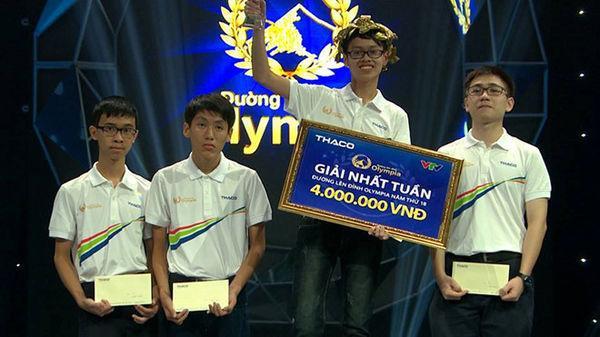 Nguyễn Hữu Quang Nhật đang nhận giải nhất tuần trong cuộc thi Đường lên đỉnh Olympia.