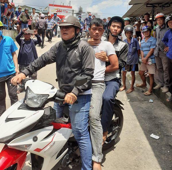 Đối tượng ngồi giữa trộm cắp xe máy của nữ sinh bị hiệp sĩ bắt giữ. Ảnh: báo Người đưa tin.