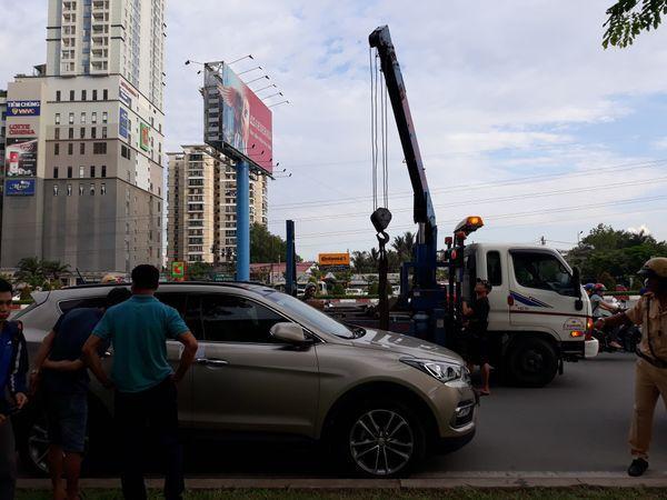 Đội CSGT Cát Lái buộc phải cưỡng chế, cẩu phương tiện về đồn. (Ảnh: Nhịp Sống Việt).