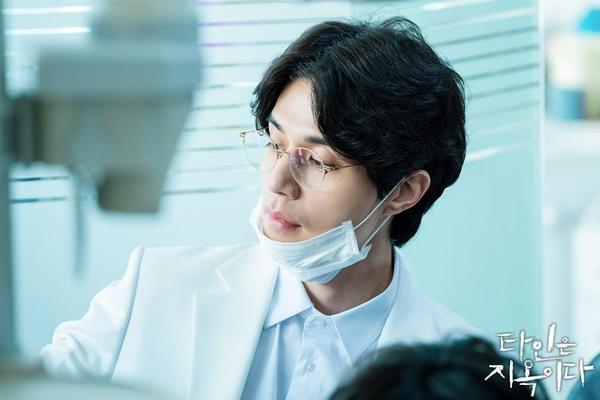 'Strangers From Hell' phát hành hình ảnh đầu tiên của nha sĩ điển trai Lee Dong Wook ảnh 1