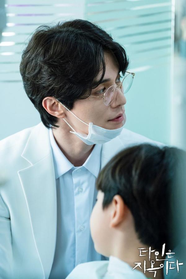 'Strangers From Hell' phát hành hình ảnh đầu tiên của nha sĩ điển trai Lee Dong Wook ảnh 2
