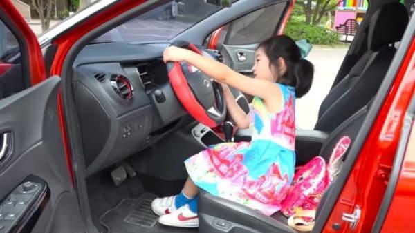 Clip dàn dựng boram lái xe.