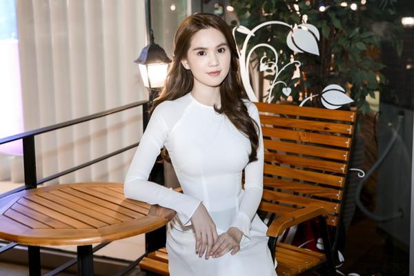 Gương mặt bầu bĩnh, làn da trắng sứ… Ngọc Trinh có thể quyến rũ, gợi cảm trong những mẫu váy cắt xẻ sâu nhưng ai cũng thấy cô nàng ngọt ngào nhất trong tà áo dài trắng.