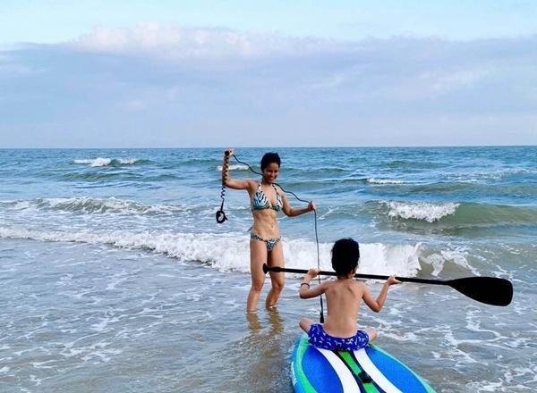 Cô vui vẻ cùng con trai chơi những trò mạo hiểm giữa biển trời.