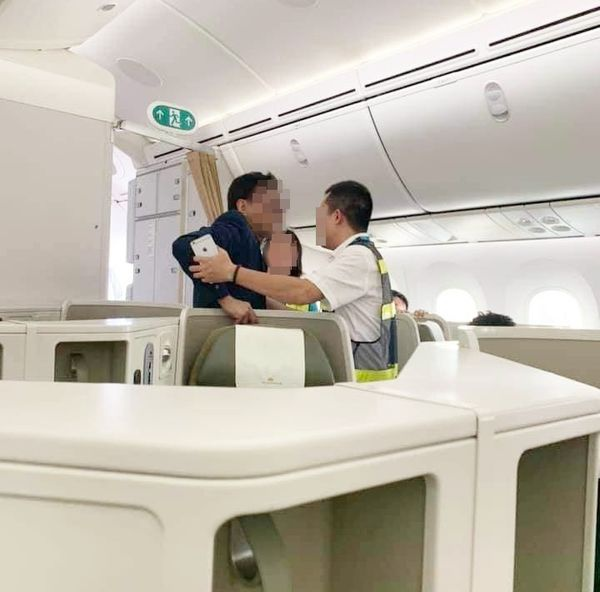 Nhân viên hàng không yêu cầu nam hành khách say xỉn rời khỏi máy bay. 