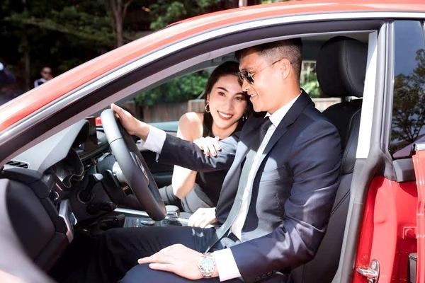 Ngoài nhà cửa và các dự án âm nhạc, đôi vợ chồng còn có thú vui chơi xe và sở hữu nhiều chiếc xe bạc tỉ. Từ tháng 4/2012, Công Vinh và Thủy Tiên trở thành đại sứ thương hiệu Audi tại Việt Nam. Cặp đôi tậu ngay xe sang trị giá 2,3 tỉ đồng làm phương tiện đi lại. Hiện tại cả hai còn sở hữu xế hộp 5 tỉ.