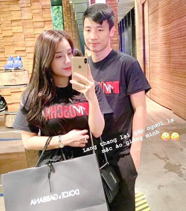 """Trong chuyến đi, Khánh Linh cũng """"nhân tiện"""" đi mua sắm cùng Bùi Tiến Dũng. Mỗi khi rãnh rỗi, cặp đôi này thường xuyên đi thư giãn ở những resort sang chảnh."""