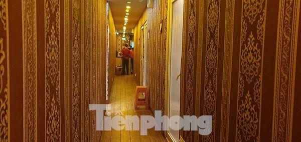 Lối xuống hầm của nhà hàng Hoa Hướng Dương. (Ảnh: Tiền Phong)