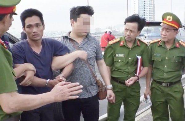 Cơ quan công an đưa Bùi Văn Hời thực nghiệm hiện trường ném xác con xuống sông Hàn. (Ảnh: Dân Trí)