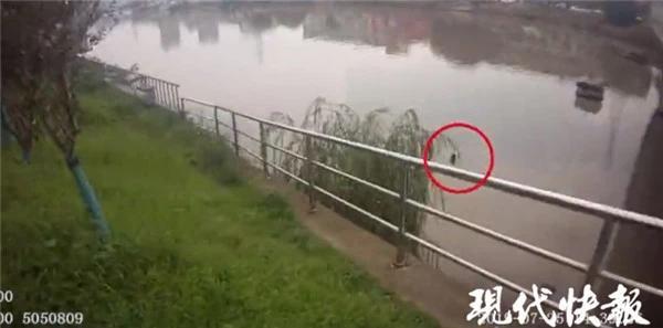 Cảnh sát phải hô hoán bà vụ lên bờ vì lo sợ xảy ra chuyện chẳng lành.
