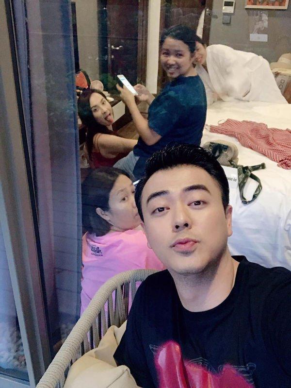 Tiếp đó, MC Tuấn Tú cũng đăng ảnh hậu trường quay phim có Bảo Thanh…