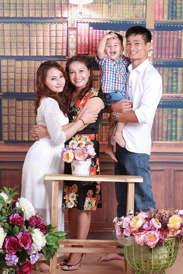 Gia đình Bảo Thanh chụp cùng mẹ chồng