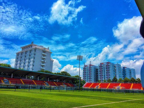 Sân vận động đạt chuẩn FIFA 2 SAO với 7.000 chỗ ngồi cùng hệ thống đèn chiếu sáng hiện đại, cường độ sáng 1200lux đáp ứng nhu cầu truyền hình trực tiếp về đêm các giải đấu quốc gia và quốc tế.