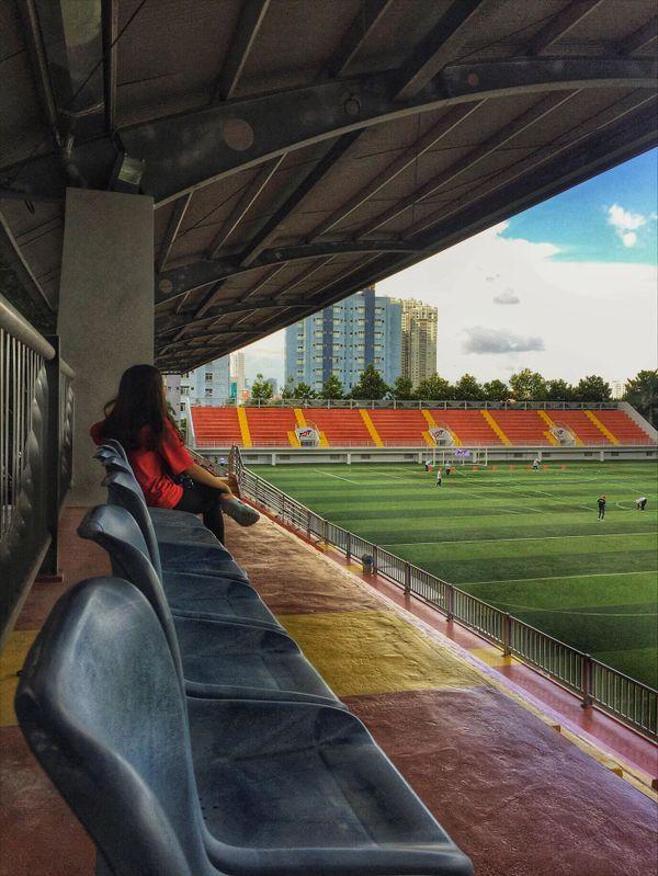 Sân bóng hiện đại có thể đáp ứng nhu cầu truyền hình trực tiếp về đêm các giải đấu quốc gia và quốc tế.