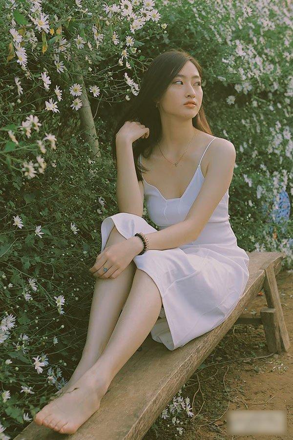 Cô nàng sinh năm 2000 đặc biệt yêu thích các thiết kế chất liệu mềm mại, mong manh.