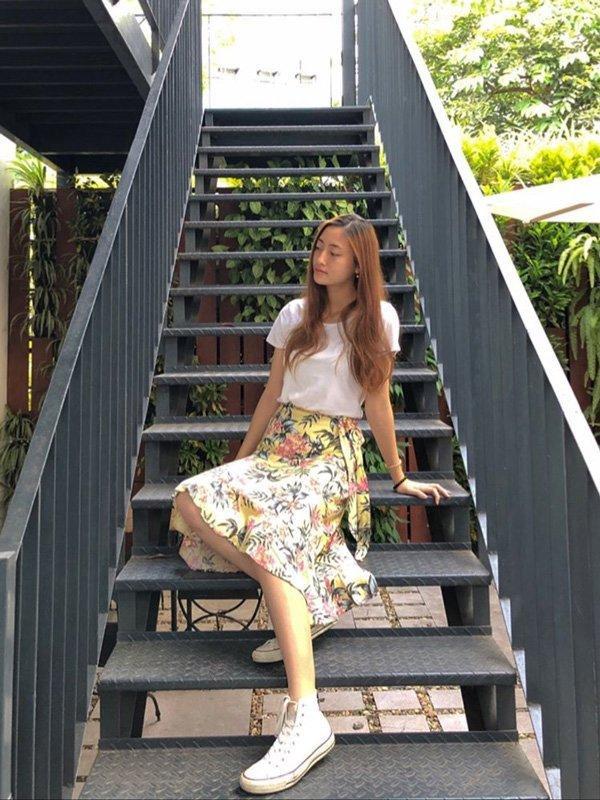 Áo phông mix cùng chân váy hoa đem lại nét tươi trẻ nhưng vẫn vô cùng nữ tính.