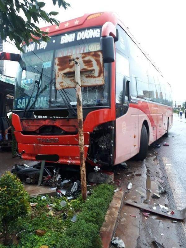 Chiếc xe khách gây tai nạn hư hỏng nhiều bộ phận.