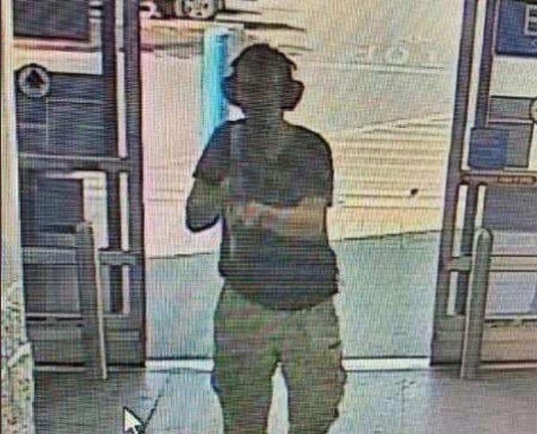 Kẻ xả súng đi vào bên trong siêu thị Walmart với súng trườngAK-47 trên tay.