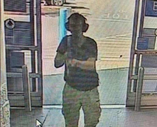 Kẻ xả súng đi vào bên trong siêu thị Walmart với súng trường AK-47 trên tay.