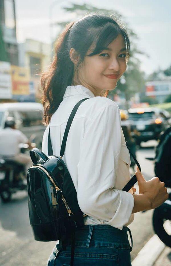 Ngoài đời, Kiều Loan sở hữu gu ăn mặc đơn giản, tươi tắn.