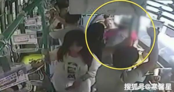 Người phụ nữ bị cụ ông đánh mặc dù cô đã đứng dậy nhường ghế.