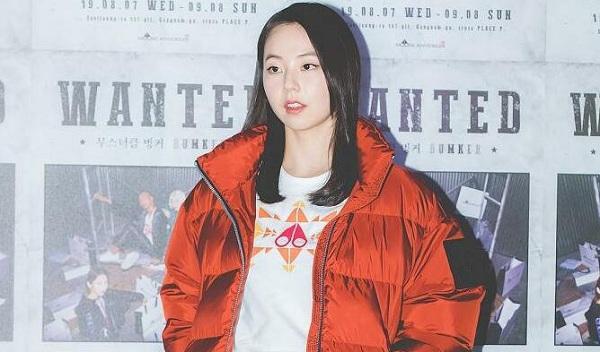 Chiếc áo phao dày cộm của cựu thành viên mặc tại sự kiện khiến fan khó hiểu