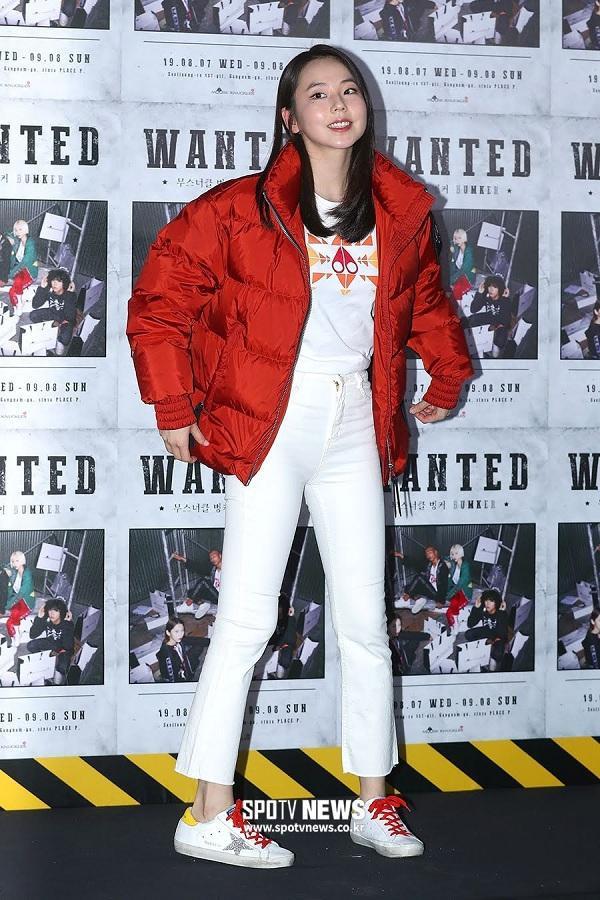 """Nhiều khán giả cho rằng đây có thể là """"chủ ý"""" của nhãn thời trang mong muốn khách mời khoác sản phẩm của họ đến sự kiện, thế nên thành viên của nhóm Wonder Girls phải mặc chiếc áo phao dày cộm bất chấp khí hậu nóng bức đang diễn ra tại Hàn Quốc."""