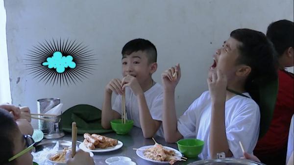 Tôm chiên xù và xúc xích chiên xuất hiện trong bữa ăn đầu tiên của chương trình 'Sao nhập ngũ – Những chiến binh tí hon'